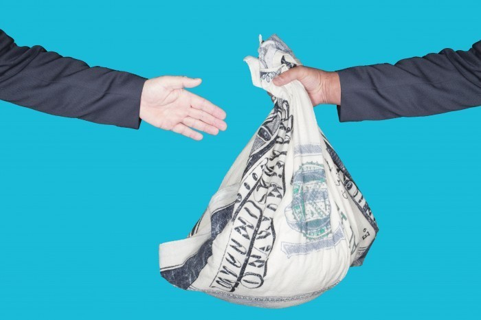 shutterstock 124167901 Мешок денег из рук в руки   Bag of money from hand to hand