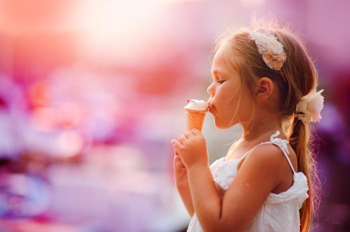 shutterstock 139684162 Девочка с мороженым   Girl with ice cream