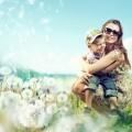 Девушка с ребенком в поле одуванчиков - Woman with child in field of dandelions