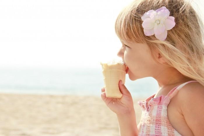 shutterstock 144698203 Девочка ест мороженое   Girl eating ice cream