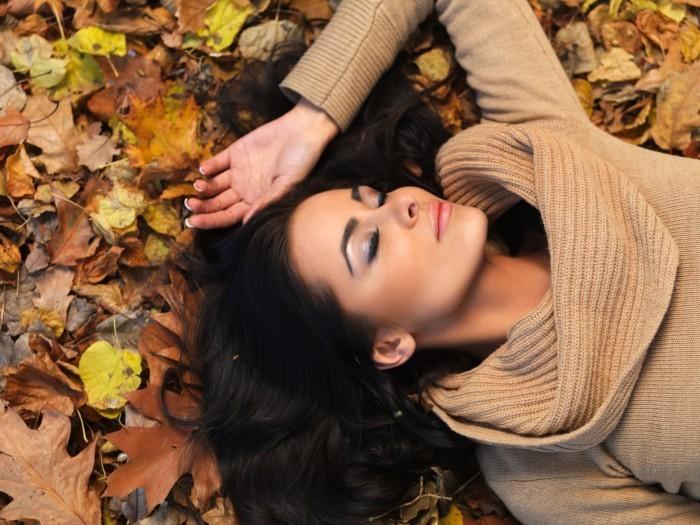shutterstock 64104292 Девушка осенью   Girl in autumn