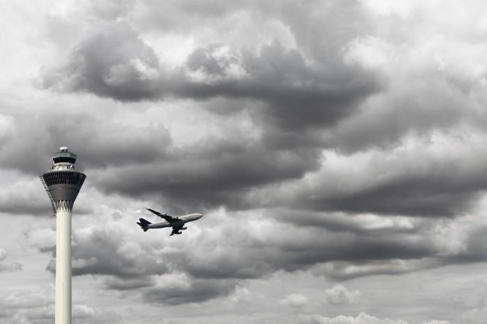 shutterstock 86531911 Самолет в небе в хмурую погоду   Plane in the sky in the gloomy weather