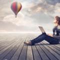 Парень с планшетом на фоне воздушного шара - Man with tablet on background balloon