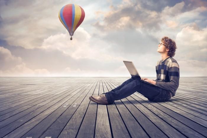 shutterstock 94066828 Парень с планшетом на фоне воздушного шара   Man with tablet on background balloon