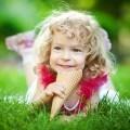 Кучерявая девочка с мороженым - Curly girl with ice cream