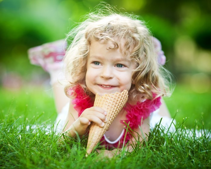 shutterstock 96340373 Кучерявая девочка с мороженым   Curly girl with ice cream