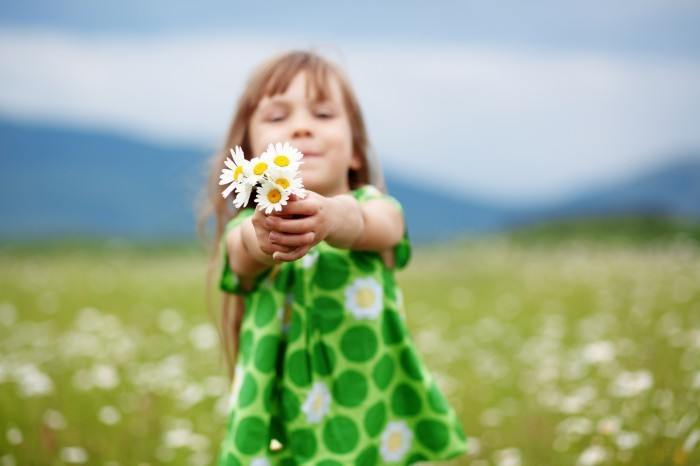 shutterstock 98222741 Девочка с ромашками   Girl with daisies
