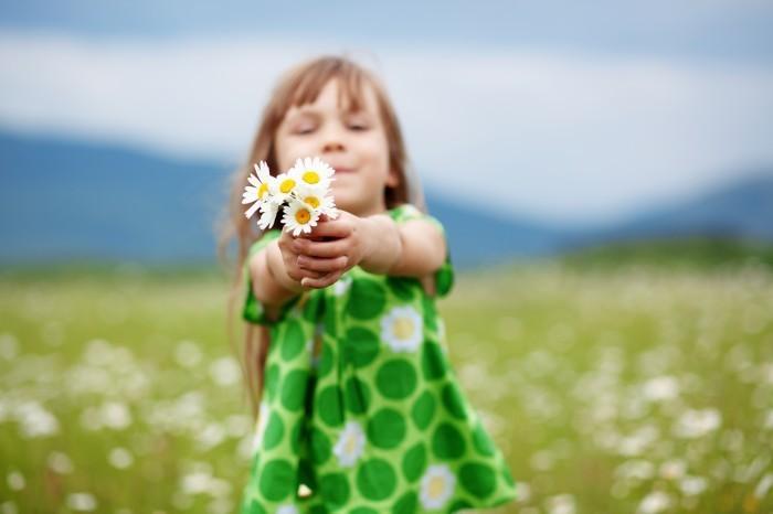 shutterstock 98222741 Девочка с ромашками   Girl with daisies