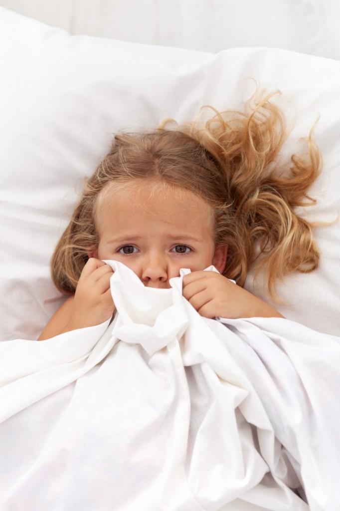Fotolia 34736536 L 682x1024 Девочка под одеялом   Girl under a blanket