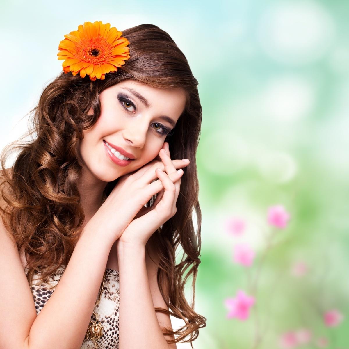 Девушка с цветком фото