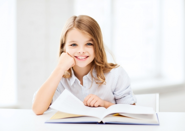 Fotolia 55004876 Subscription Monthly M Девочка с книгой   Girl with book
