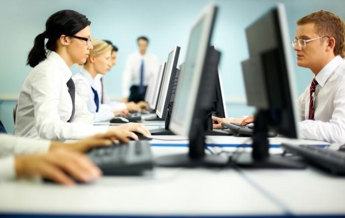 firestock woman laptop 06102013 Офисные работники за мониторами   Office workers at monitors