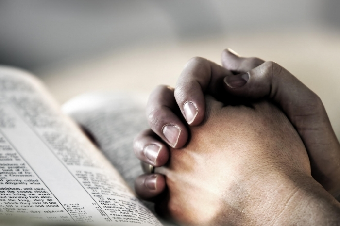 fotolia praying hands on bible1 Руки на библии   Hands on the Bible