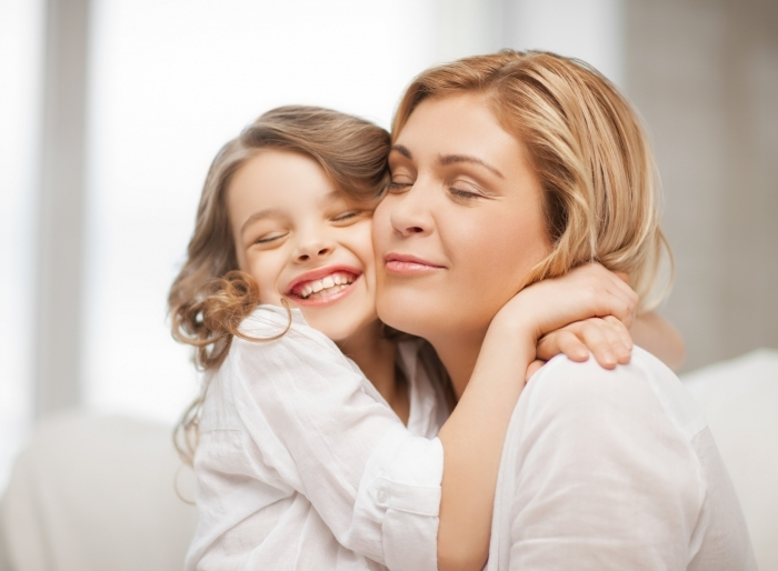 fotolia 49916741 l Женщина с девочкой на руках   Woman with a little girl in her arms
