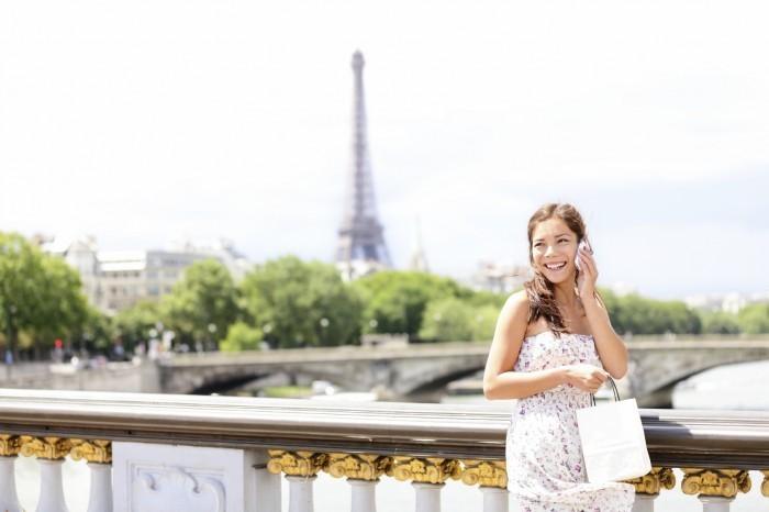 iStock 000019320029Medium Девушка с телефоном на мосту   Girl with the phone on the bridge