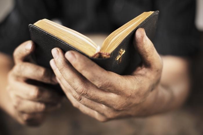 Depositphotos 2091072 original Библия в руках   Bible in the hands of