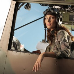 Девушка в кабине вертолета - Girl in a helicopter cockpit