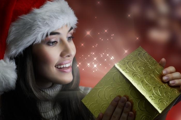 firestock 2711201307 Девушка в новогоднем колпаке с подарком   Girl in a New Years cap with a gift