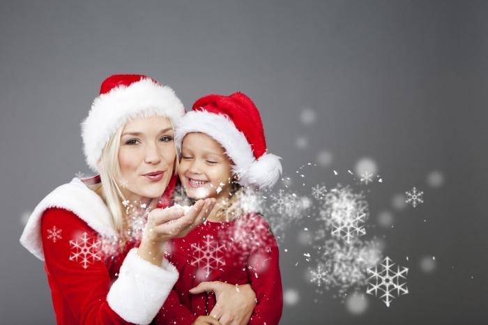 fotolia 18118043 m Женщина и девочка в новогодних колпаках   Woman and girl in christmas caps