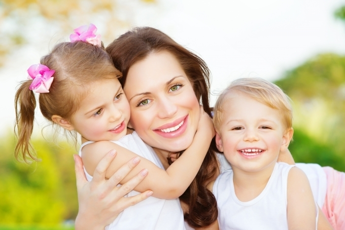 shutterstock 129152771 Женщина с детьми   Woman with children