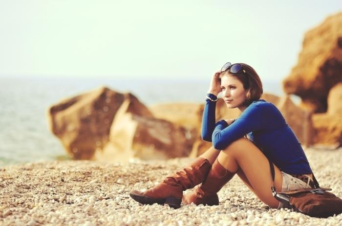 shutterstock 137350547 Девушка в сапогах на пляже   Girl in boots on the beach