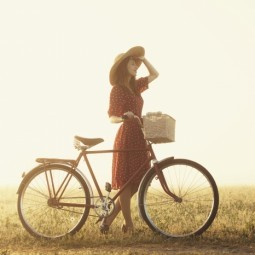 Девушка в шляпе с велосипедом - Girl in a hat with a bicycle