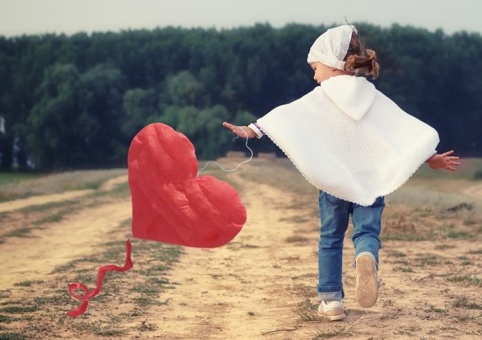 shutterstock 147543011 Девочка с воздушным сердцем   Girl with heart air