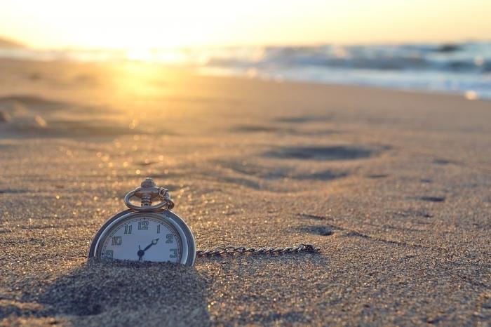 shutterstock 151001111 Часы в песке   Clock in the sand