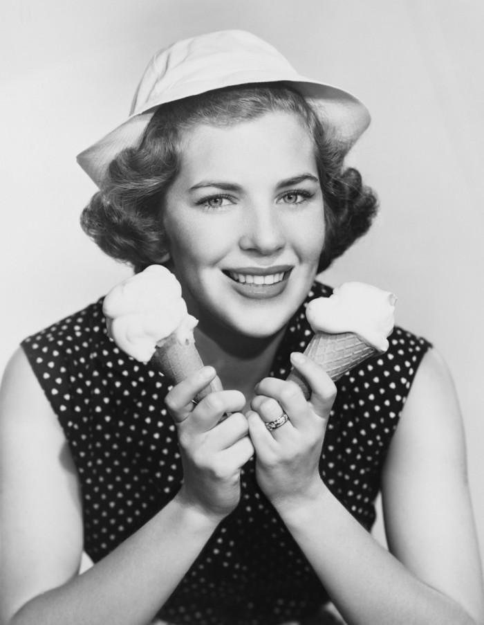 shutterstock 95079469 700x903 Советская женщина с мороженым   Soviet woman with ice cream