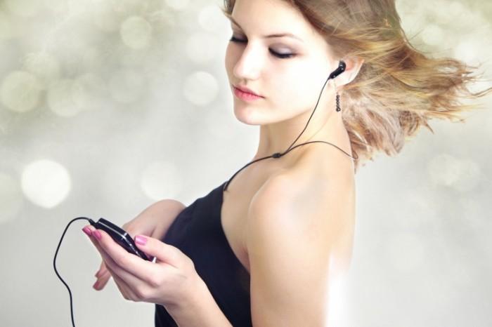 Fotolia 17162337 Subscription L 700x466 Девушка с плеером   Girl with player