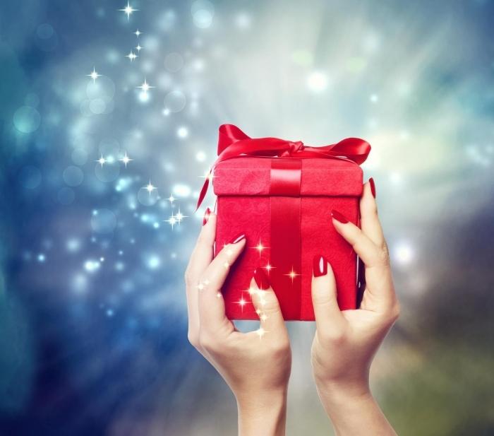 Fotolia 57111353 Subscription Monthly M Подарок в руках   Gift in hands