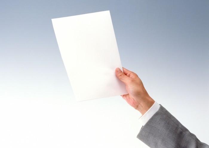 shutterstock 10725673 700x496 Лист бумаги в руке   Sheet of paper in his hand