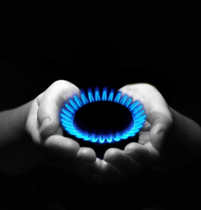 shutterstock 25471219 700x731 Газовая конфорка в руках   Gas burners in the hands of