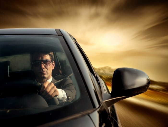 shutterstock 34923769 700x530 Мужчина за рулем   Man behind the wheel