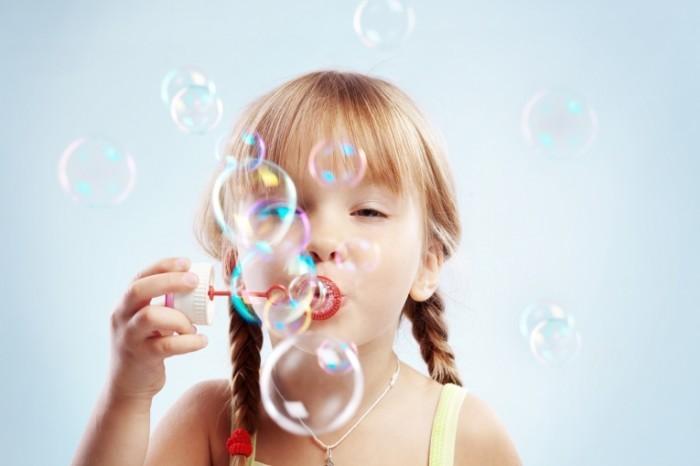 shutterstock 35663317 700x466 Девочка с мыльными пузырями   Girl with soap bubbles