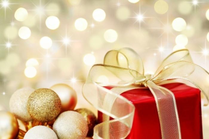 shutterstock 38690197 700x466 Новогодние игрушки и подарок   Christmas toys and gift