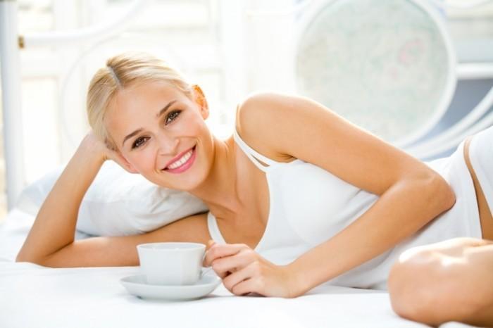 shutterstock 6231373 700x466 Блондинка с чашкой   Blonde with a cup