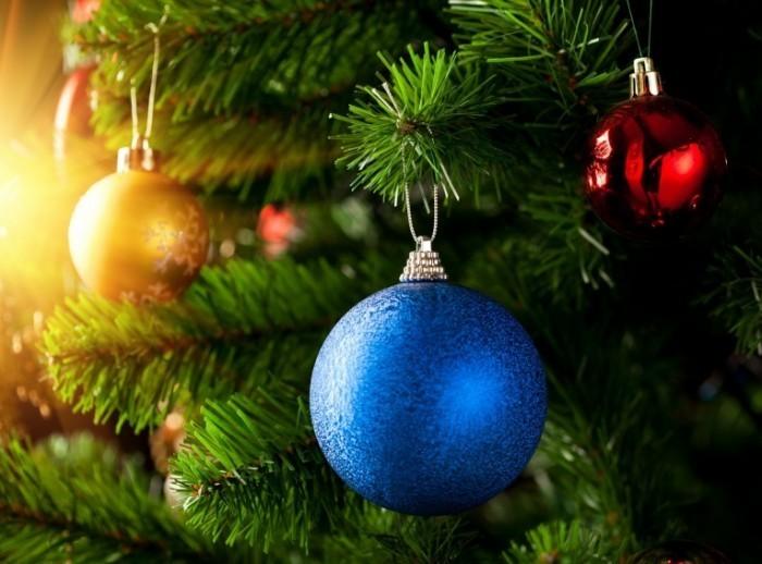 shutterstock 63396001 700x518 Новогодние шары на елке   Christmas balls on the tree