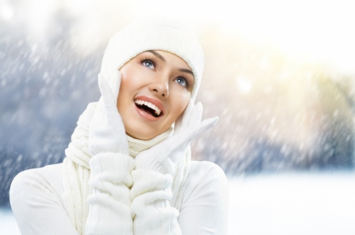 shutterstock 68531203 700x464 Девушка в шапке и рукавицах   Girl in hat and mittens