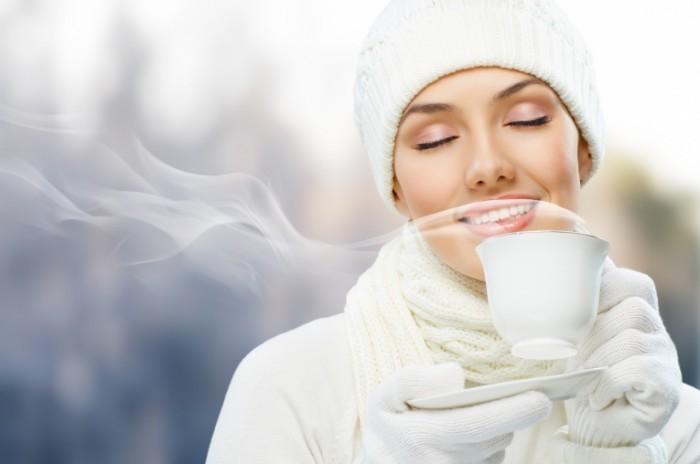 shutterstock 68714188 700x464 Девушка с ароматным чаем   Girl with fragrant tea