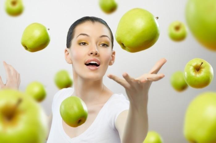 shutterstock 69135940 700x464 Девушка с яблоками   Girl with apples