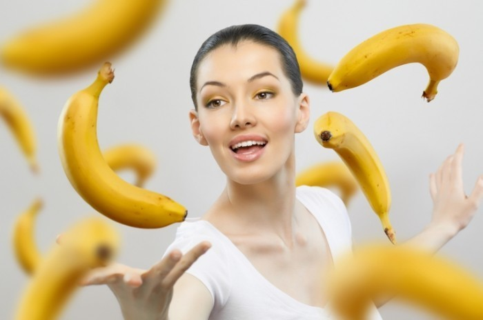 shutterstock 69813685 700x464 Девушка и бананы   Girl and bananas