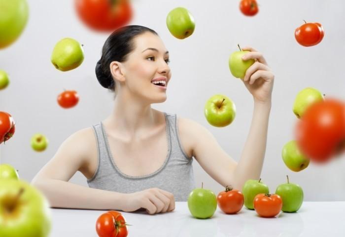 shutterstock 70084276 700x480 Девушка  с яблоками и помидорами   Girl with apples and tomatoes