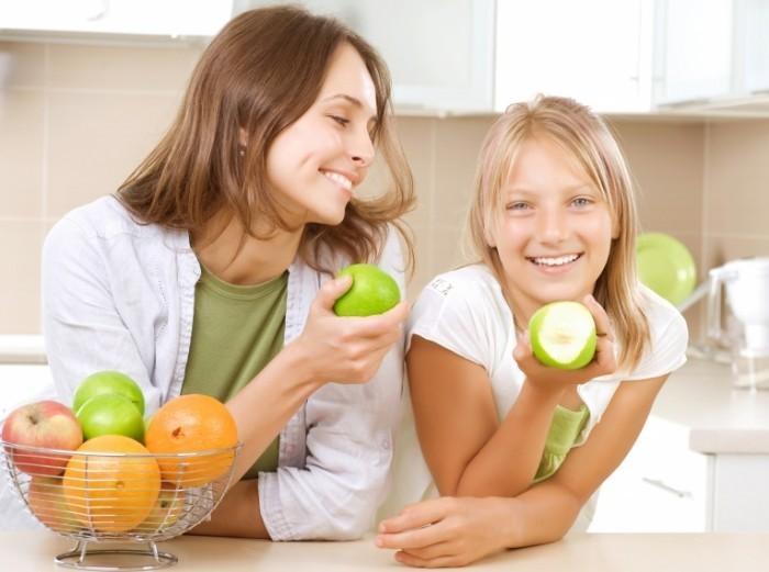 shutterstock 80888215 700x521 Женщина и девочка с фруктами   Woman and little girl with fruit