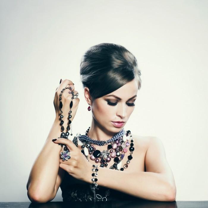 shutterstock 85465756 700x700 Женщина с бусами   Woman with beads