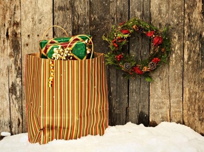 shutterstock 88532653 700x521 Новогодний венок и пакет   Christmas wreath and package