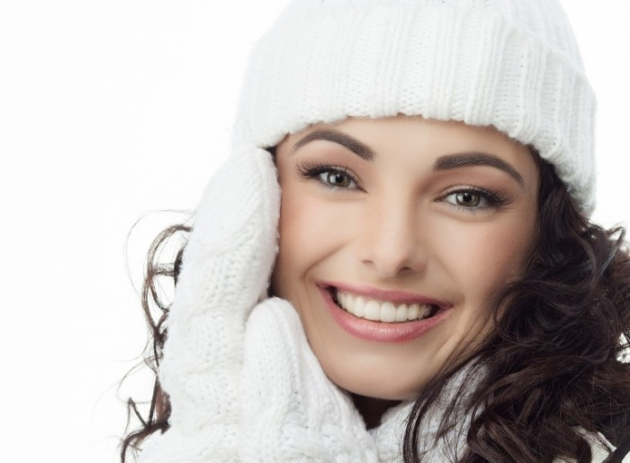 shutterstock 89665768 700x514 Девушка в белой шапке   Girl in a white hat