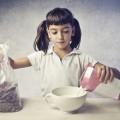 Девочка с хлопьями и молоком - Girl with cereal and milk