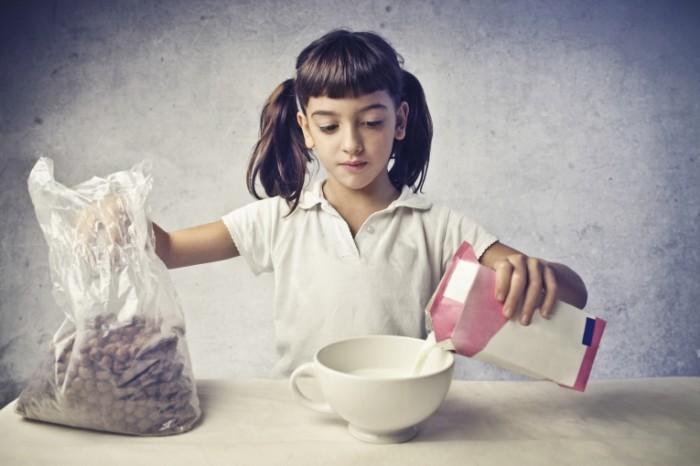photodune 3586815 700x466 Девочка с хлопьями и молоком   Girl with cereal and milk
