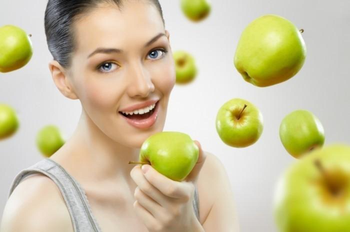 shutterstock 69677734 700x464 Девушка с яблоками   Girl with apples